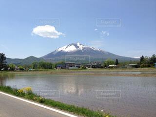 背景の山と水体の写真・画像素材[1734157]