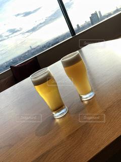 テーブルの上にビールを一杯置くの写真・画像素材[2421346]