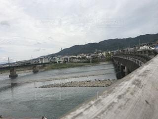 水の体の上の橋の写真・画像素材[1734720]