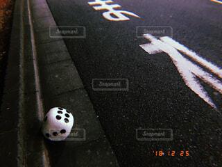 道端に落ちているサイコロの写真・画像素材[1734725]