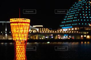 近くに夜の赤色光のアップの写真・画像素材[1734526]