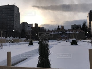 雪に覆われた通りの上を歩く人々 のグループの写真・画像素材[1787341]