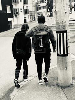 駅に向かう2人の写真・画像素材[4769997]