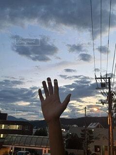 曇った空の前に立っている人の写真・画像素材[4770079]