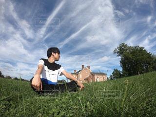 緑の野原で男の写真・画像素材[1735038]