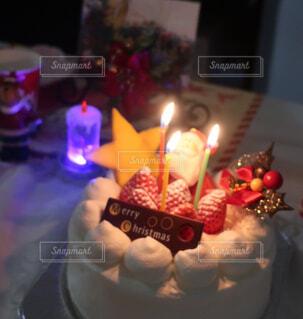 キャンドルとクリスマスケーキの写真・画像素材[1739555]