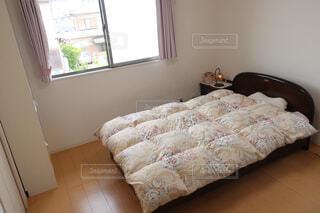 ベッドと窓のあるベッドルームの写真・画像素材[2108070]