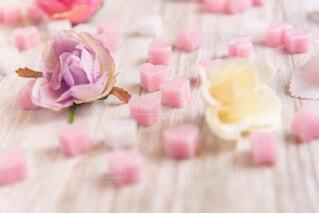 近くにピンクのケーキのアップの写真・画像素材[1774705]
