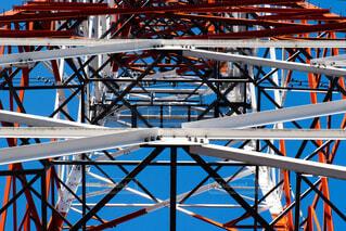 金属製のフェンスのある大きな白い建物の写真・画像素材[2270239]