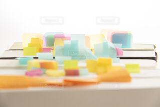 テーブルの上のカラフルなおもちゃの写真・画像素材[2446602]