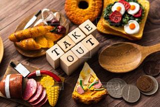 木製のテーブルの上に座っている食べ物の束の写真・画像素材[3096127]