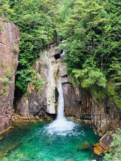 ちょっと歩いて出会えた滝の写真・画像素材[2367264]