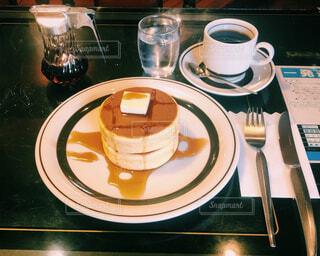 テーブルの上のコーヒー カップの写真・画像素材[2081186]