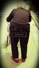 女性,シニア,後ろ姿,高齢者,祖母,ばぁちゃん,バァちゃん,シルバーカー