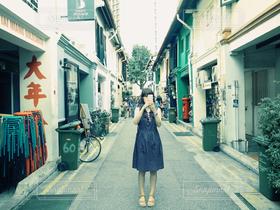 女性,1人,20代,ファッション,風景,建物,夏,旅行,シンガポール,アラブストリート