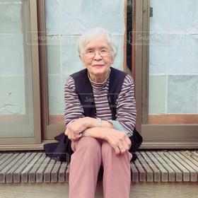 女性,家族,1人,縁側,元気,笑顔,80代,お年寄り,おばあちゃん,祖母,白髪,ばーちゃん,ばぁちゃん,年寄り,長生き,90歳,大正生まれ,バーチャン,おばーちゃん,90代