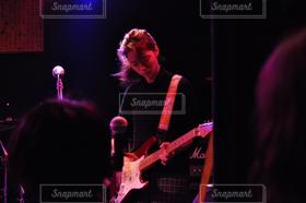 女性,1人,学生,20代,ギター,ライブ,学園祭