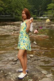 女性,夏,スレンダー,川,美脚,遊び,花柄