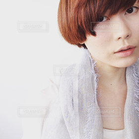 女性,1人,20代,ファッション,ショートカット,ショートヘア,顔,アップ,アンニュイ,淡い色加工,柔らかい,okautako,岡詩子