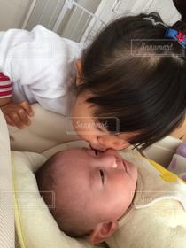 子ども,家族,2人,子供,キス,赤ちゃん,Kiss,幸せ,幼児,姉,ほんわか,乳児,あかちゃん,乳幼児