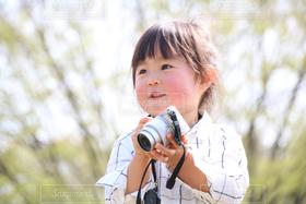 子ども,1人,自然,公園,カメラ,カメラ女子,スマイル,子供,女の子,嬉しい,笑顔,幸せ,幼児,好き,微笑み,笑,ほほえみ