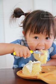 子ども,1人,スイーツ,ケーキ,女の子,食べる,こども,幼児,食べている,夢中,カステラ,大食い