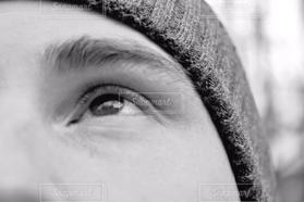 男性,空,モノクロ,白黒,男,見上げる,結婚,未来,顔,アップ,幸せ,目,恋愛,夢,ありがとう,目線,上,眼,希望,外国人,目標,大切,将来,清潔,素直,感情,拡大,アイ,志し,目の中