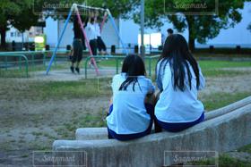 女性,友だち,2人,学生,10代,風景,公園,夏,後ろ姿,ブランコ,女の子,すべり台,青春,女子高生,JK