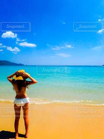女性,1人,モデル,20代,自然,風景,海,夏,ビーチリゾート,海外,ビーチ,島,後ろ姿,水着,女,女子,人物,麦わら帽子,旅行,タイ,プーケット,リゾート,海外旅行,ギャル,ビキニ