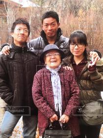 女性,男性,家族,集合写真,ファミリー,仲良し,旅行,笑顔,おばあちゃん,祖母,思い出,記念撮影,孫,4人