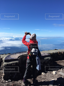 女性,1人,カメラ女子,後ろ姿,撮影,登山,山頂