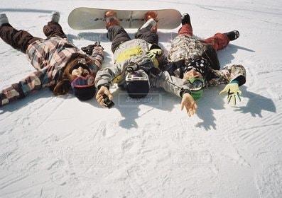 3人,冬,スポーツ,雪,仲良し,人物,スノボ,若者,遊び,青春