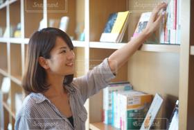 女性,1人,スマイル,本,読書,図書館,オフィス,笑顔,ビジネス,働く,就活,笑う,選ぶ,就職,転職,オフィスカジュアル,読書の秋,キャリア