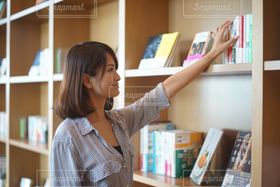 女性,1人,20代,ファッション,スマイル,本,読書,図書館,オフィス,笑顔,ビジネス,働く,就活,笑う,就職,オフィスカジュアル,読書の秋