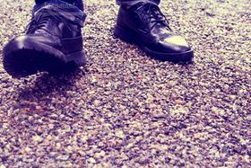 男性,1人,ファッション,靴,足元,足,歩く,地面,脚,脚下