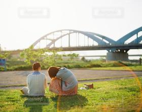 女性,2人,橋,光,人物,座る,河川敷