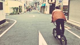 男性,1人,自転車,後ろ姿,道路
