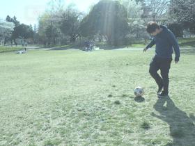 男性,1人,20代,自然,公園,スポーツ,サッカー