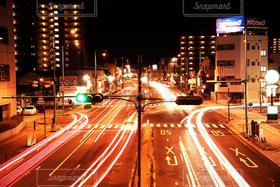 風景,夜,夜景,車,道路,光,信号機,交差点,比較明合成,軌跡