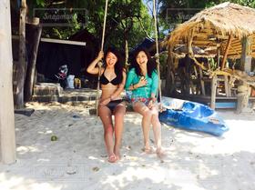 女性,2人,モデル,海,夏,ビーチリゾート,ビーチ,砂浜,水着,ブランコ,人物,旅行,笑顔,旅,タイ,summer,女子旅,サメット島,タイ旅行