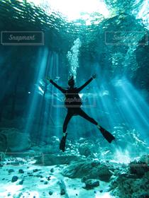 世界の絶景,ダイビング,水の中,セノーテ,地底湖,光のカーテン