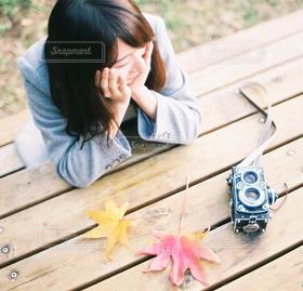 女性,1人,20代,自然,公園,秋,冬,カメラ,カメラ女子,紅葉,テーブル,人物,人,頬杖