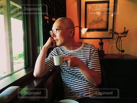 男性,1人,40代以上,飲み物,カフェ,コーヒー,人物,人,喫茶店