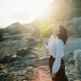 女性,1人,海,花,ショートカット