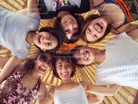 女性,友だち,5人以上,学生,20代,集合写真,かわいい,きれい,楽しい,元気,友達,仲間,若い女性,4人以上