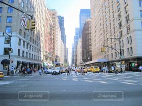 ニューヨーク,街並み,ビル,車,アメリカ,街,オフィス,自動車,高層ビル,信号,横断歩道,交差点,NY,オフィス街,ビジネス,摩天楼,建築,ビジネス街