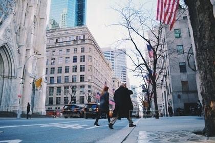 風景,建物,冬,ニューヨーク,街角,街並み,ビル,屋外,海外,かっこいい,歩く,徒歩,道路,車道,曇り,枯れ木,アメリカ,ビルの間,都会,建造物,道,通行人