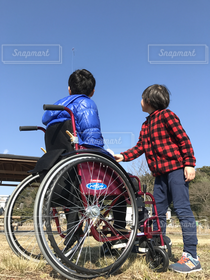 男性,子ども,2人,冬,屋外,見上げる,人物,車椅子