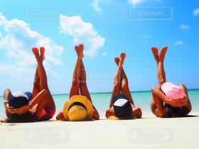 女性,友だち,10代,20代,ファッション,海,空,夏,ビーチリゾート,絶景,南国,砂,雲,足,スレンダー,水着,日焼け,沖縄,若者,夏休み,脚,バカンス,リゾート,女子旅,若い,4人,スタイル抜群!,ナイスバディ
