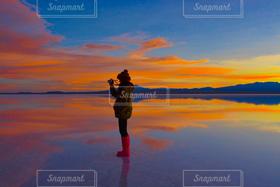女性,1人,ファッション,空,カメラ女子,絶景,夕焼け,世界遺産,旅行,サンセット,ウユニ塩湖,ボリビア,南米